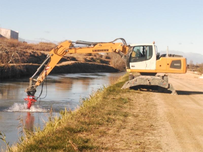 Cabezales para mantenimiento y limpieza de ríos, canales y acequias trabajando